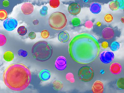 Seifenblasen die in den Sommerhimmel fliegen