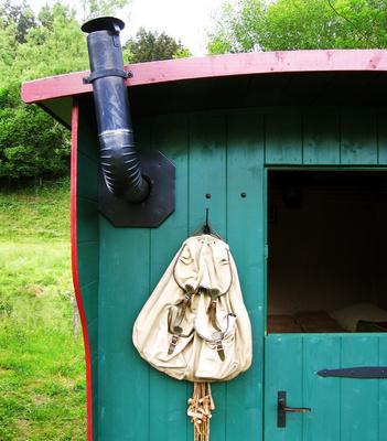 Alter Schäferwagen mit Rucksack