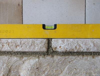 Bauen - Naturstein-Vorsatzwand mit Wasserwaage