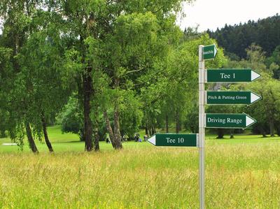 Golfplatz mit Wegweiser