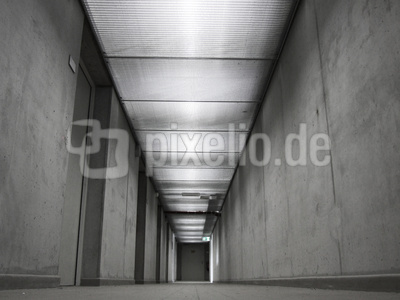 Düsterer Keller eines Neubaus