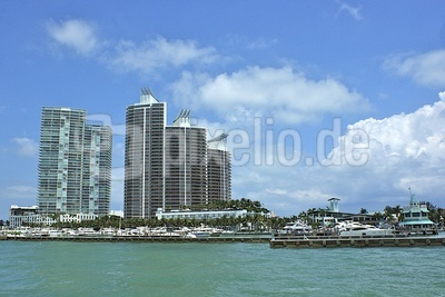 Hochhäuser mit Yachthafen