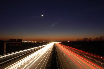 Nachts auf einer Autobahn