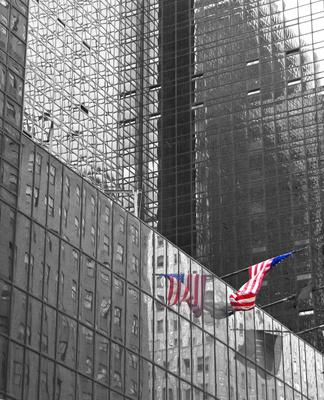 NYC - Hochhausfassade mit Amerikaflagge