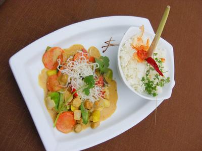 Leckeres Gericht mit Gemüse, Reis und Fleisch