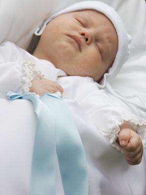 Baby bei der Taufe schläft