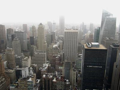 NYC - Blick vom Turm des Rockefeller Centers bei Regen