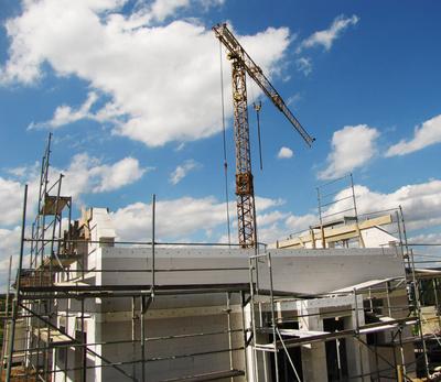 Hausbau - Rohbau-Baustelle mit Kran