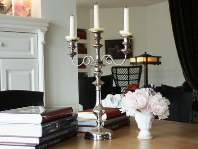 Kerzenleuchter - Stilleben mit Büchern