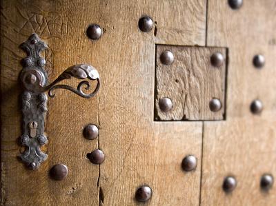 Alte Türe mit modernem Schließzylinder