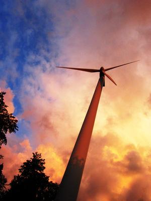 Windkraftanlage in der Abendsonne