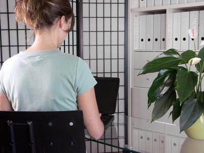 Junge Frau an Labtop in Büro