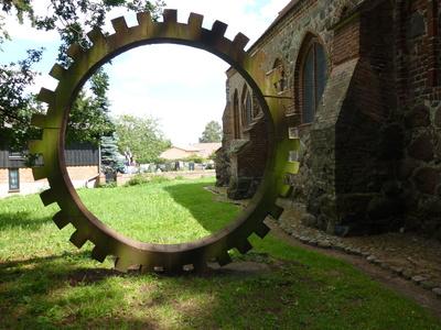 Skulptur an der Kirche in Liepe auf Usedom