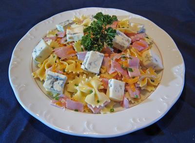 Nudelsalat mit Gorgonzolastückchen