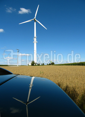 Windkraftanlage mit Spiegelung