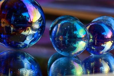 Murmeln aus Glas im Spiegel