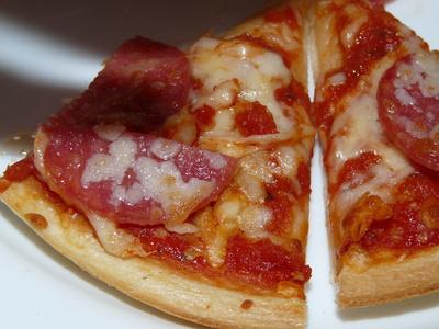 Zwei Stück Salamipizza - lecker!