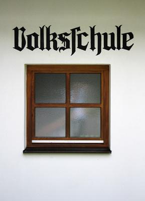Volksschule-Schriftzug