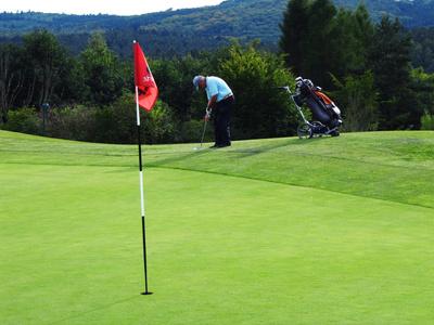 Golfer beim Chip am Grün