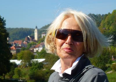 Seniorin auf Ausflugsfahrt
