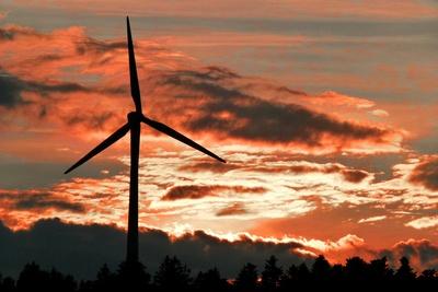Sonnenuntergang hinter Windrad