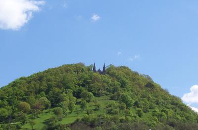 ein steiler Berg mit kleiner Kapelle