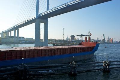 Rügenbrücke mit Frachter