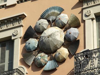 kunstvolle Werbung an der Fassade