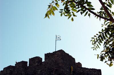 Griechische Flagge vor blauem Himmel