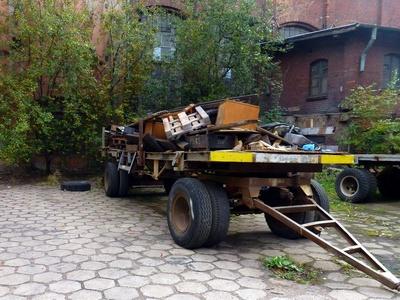 Kaputter LKW-Anhänger vor einer alten Fabrik