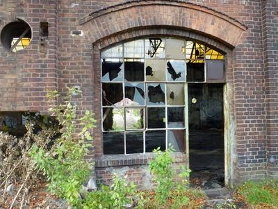 Kaputte Fenster in einer alten Halle