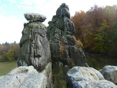 """Externsteine (2)Blick auf den """"wackeligen"""" Stein"""