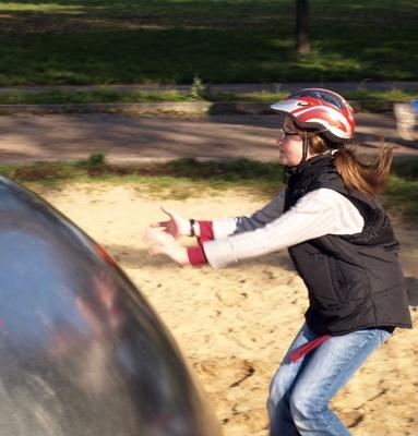 Mädchen rennt auf Kugel zu