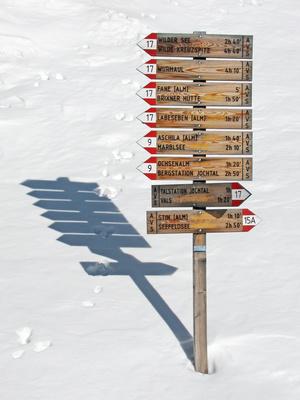 Südtirol: Wegweiser im Schnee