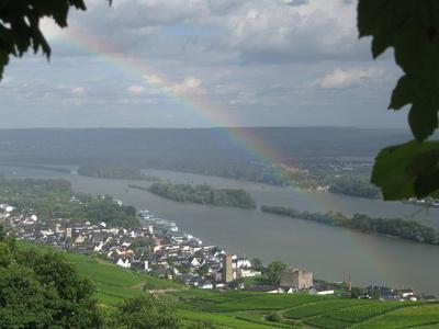 Rüdesheim mit Rhein und Regenbogen