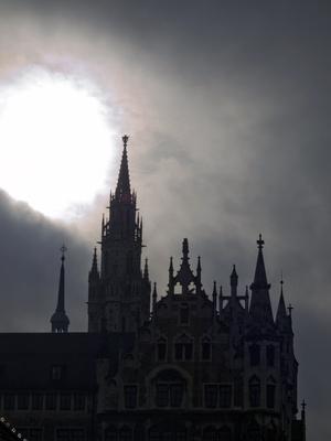 Hochnebel über dem Muenchner Rathaus
