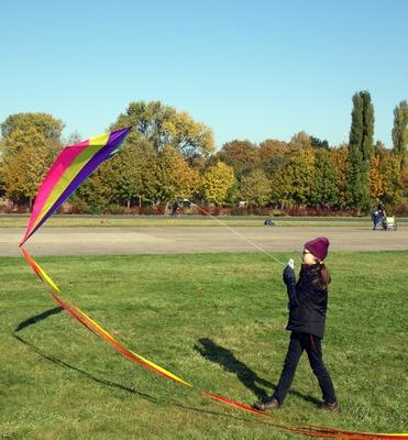 Mädchen lässt Drachen steigen