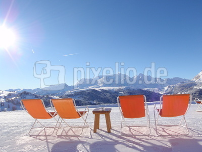 Liegestühle an Almhütte in Corvara (Alta Badia)