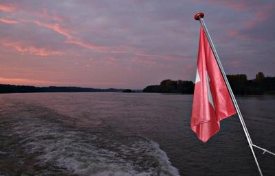 Schweizer Flagge auf der Donau...