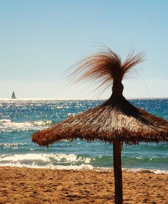 Strandschirm. Meer. Segelboot.