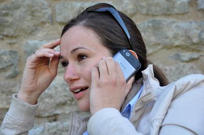Interessantes Frauengespräch auf dem Smartphone