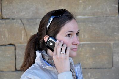 Junge Frau telefoniert mit iPhone 3G