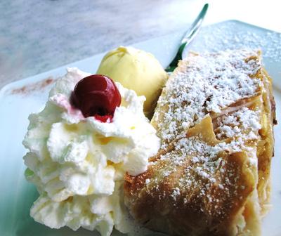 Apfelstrudel mit Sahne und Eis
