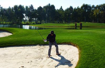 Golfer beim Bunkerschlag