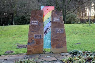 Ein Denkmal auf einem Friedhof