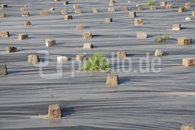 Plastikplane mit Steinen