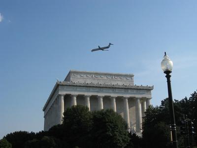 Flugzeug über dem Lincoln Memorial, Washington D.C., USA
