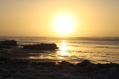 Winterlicher Sonnenuntergang am Meer