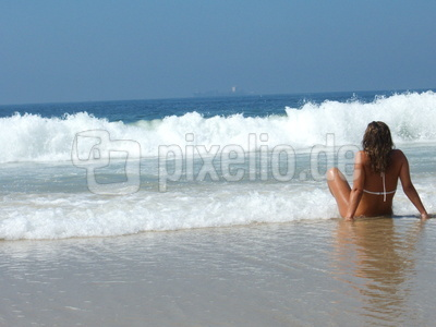 Nixe am Strand von Rio