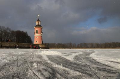 Schneeschauer und Eis und Leuchtturm in Moritzburg